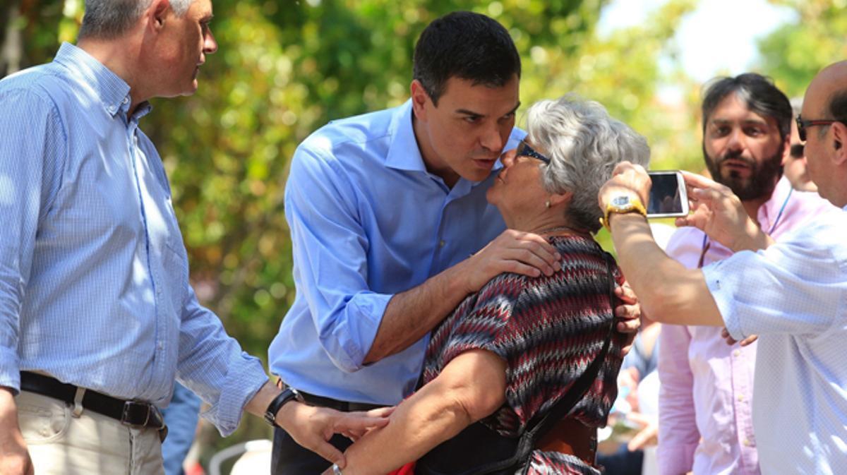 Pedro Sánchez pide el voto puerta a puerta en Móstoles.
