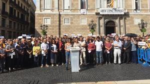 Concentración de entidades sociales y sindicatos en la plaza de Sant Jaume.