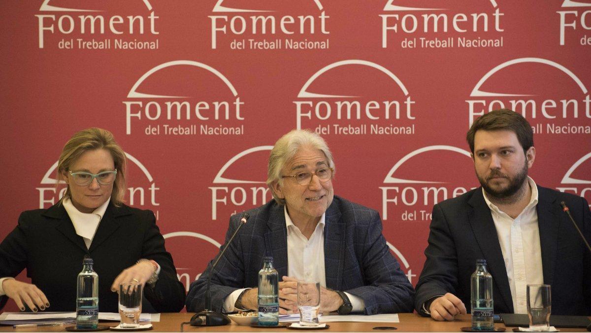 El presidente de Foment del Treball, Josep Sànchez Llibre (centro), en una rueda de prensa junto a una de las vicepresidentas, Virginia Guinda Lacalle (izquierda), y el presidente del Talent Hub Institute, Albert Millán (derecha).
