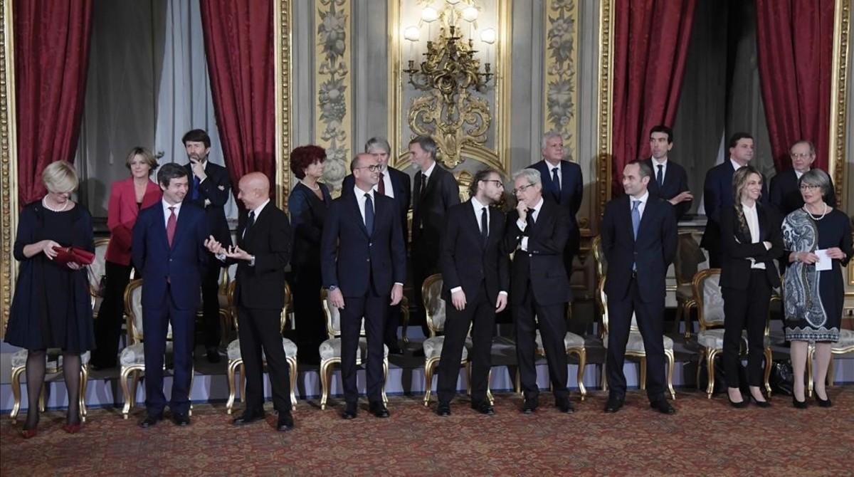 Los ministros recién nombrados, antes de la ceremonia de jura del cargo, en el palacio del Quirinale, este lunes, en Roma.