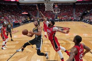 Curry intenta una entrada a canasta defendido por Anthony Davis