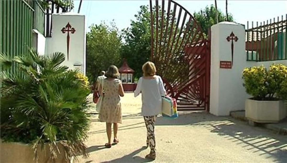 Varios socios entran en la Fundación Santiago Apóstol.
