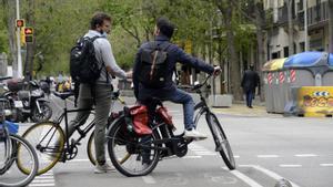 Dos ciclistas en el carril bici de la calle de Girona, en Barcelona.