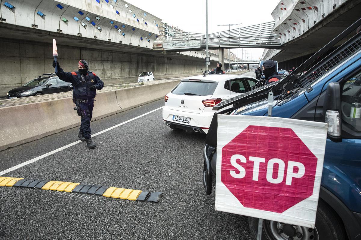 Control de movilidad de los Mossos en la Gran Via.