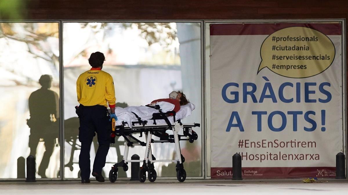 Un técnico de emergencias médicas ingresa a un enfermo en el Hospital de Bellvitge de Barcelona, este martes.