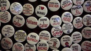 Venta ambulante de chapas con mensajes sexistas, el viernes por la noche en la calle de la Chapitela de Pamplona.