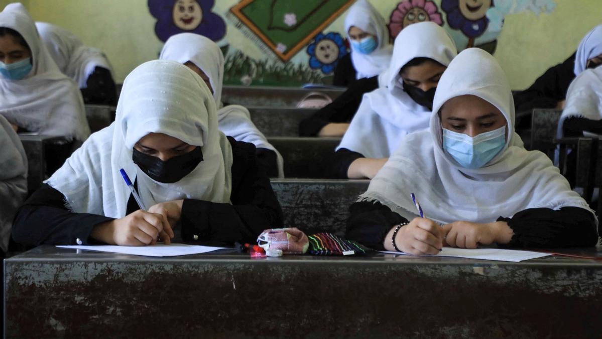 Las estudiantes asisten a clases en Herat, el 17 de agosto, tras la  toma del país por los talibanes.