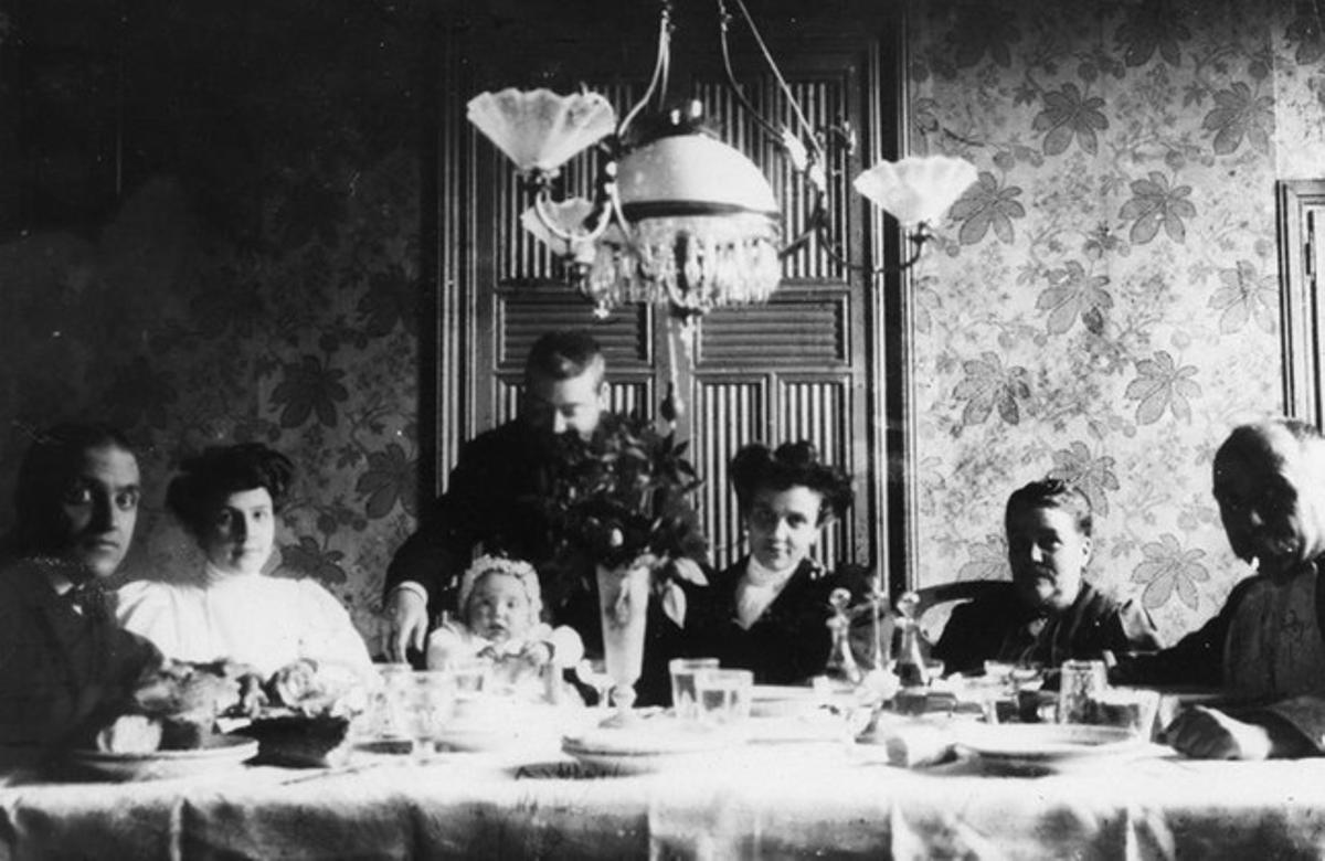 Comida en el interior de la casa del Eixample de la familia Mogas-Llubia en 1904 cedida por Maria Rosa Alba Mogas a Casa Elizalde.