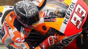 Marc Márquez acciona el freno delantero de su Honda unicamente con el índice de su mano derecha.