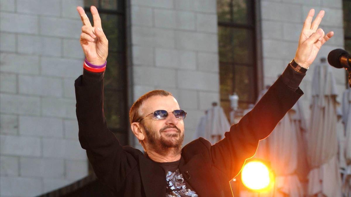 Imagen de Ringo Starr durante una actuación.