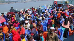 Refugiados rohingyas a bordo de un barco de la Marina de Bangladés para ser trasladados a la isla de Bashan Char, este viernes.