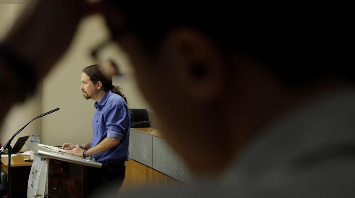 Pablo Iglesias comparece en rueda de prensa ante la mirada de Íñigo Errejón.