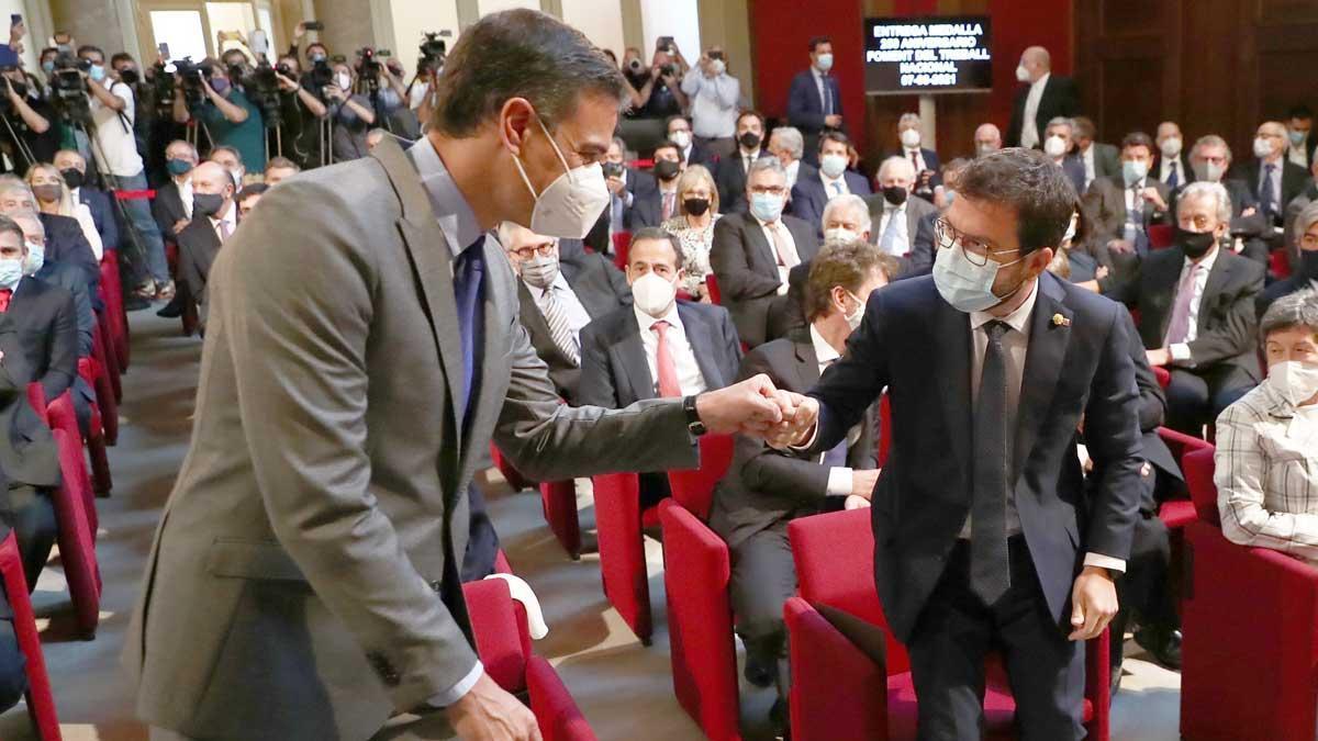 Sánchez aboga desde Catalunya por la concordia y el reencuentro. En la foto, Pedro Sànchez y Pere Aragonès se saludan al inicio del acto de Foment del Treball.