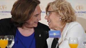 La ex alcaldesa de Madrid, Manuela Carmena, y la alcaldesa de Barcelona, Ada Colau