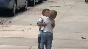 El adorable reencuentro de dos niños que triunfa en las redes