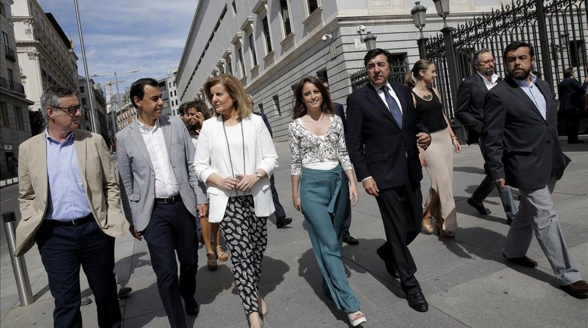 Los negociadores de Ciudadanos y el PP, dirigiéndose al minuto de silencio por las víctimas del terremoto de Italia.