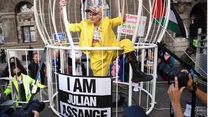 La diseñadora Vivienne Westwood, enjaulada para pedir la libertad de Assange.