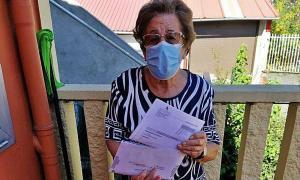 Florinda Riestra con los documentos de Hacienda