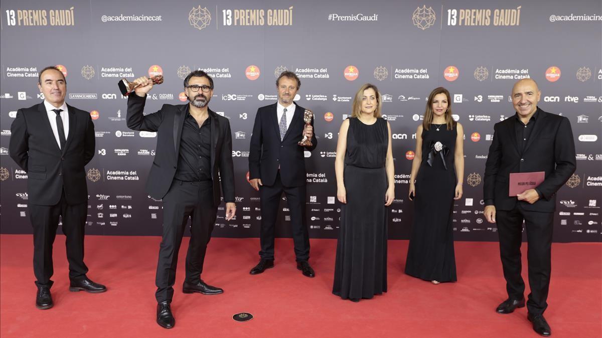 El director de 'La vampira de Barcelona', Lluís Danes' (segundo por la izquierda)  con el resto del equipo de la película ganadora del Gaudí al mejor filme catalán.