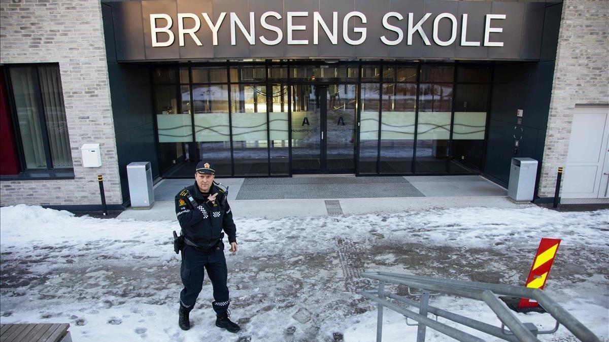 Un policía permanece a las puertas dela escuela en Oslo (Noruega).