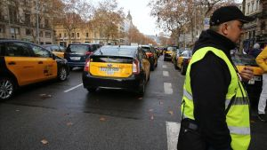 Taxis en huelga en la Gran Vía de Barcelona. A la derecha, Tito Álvarez.