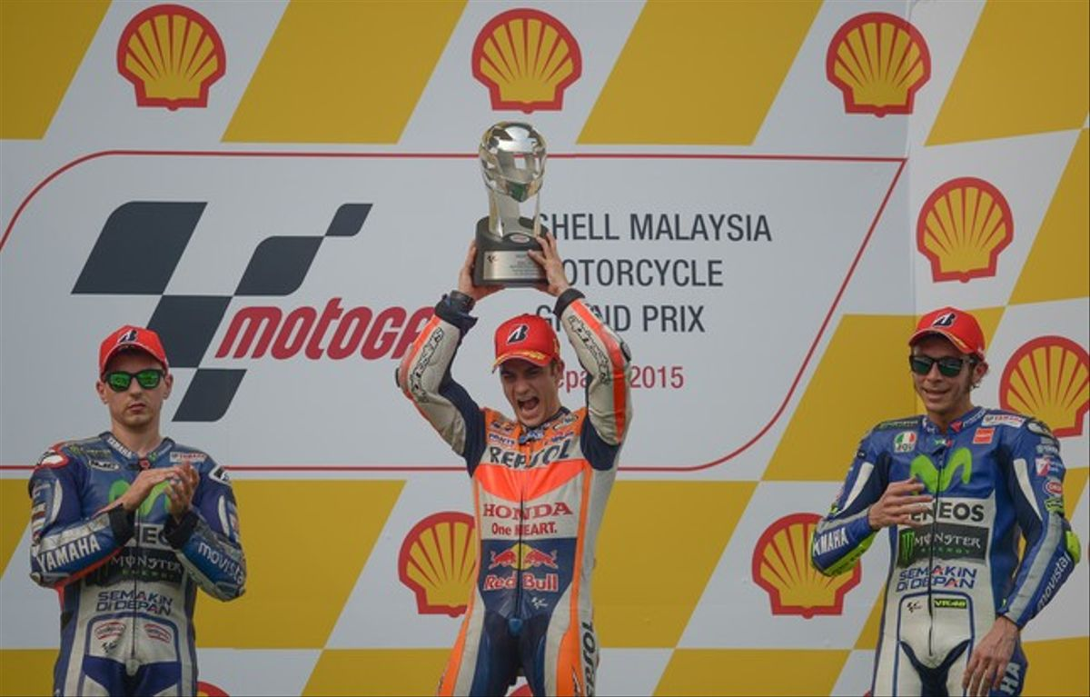 Pedrosa celebra su victoria en el GP de Malasia, en la que Lorenzo ha acabado segundo, y Rossi, tercero.