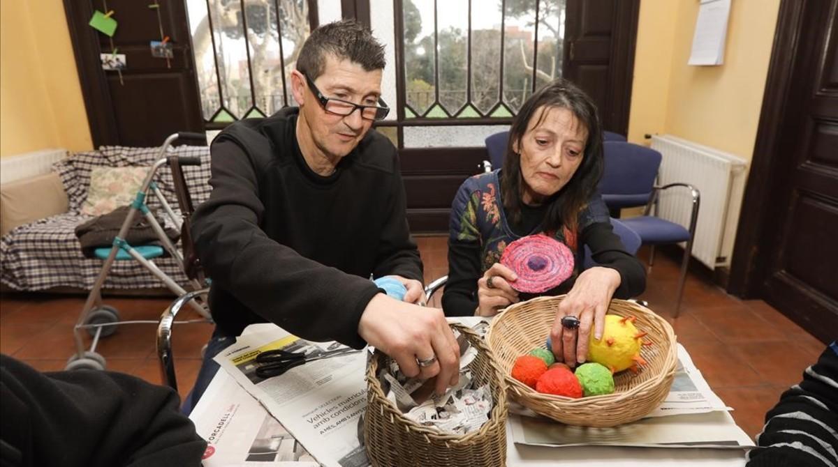 Liberto Prats y Clara Blanco, residentes en el centro de acogida Can Banús, en Badalona.