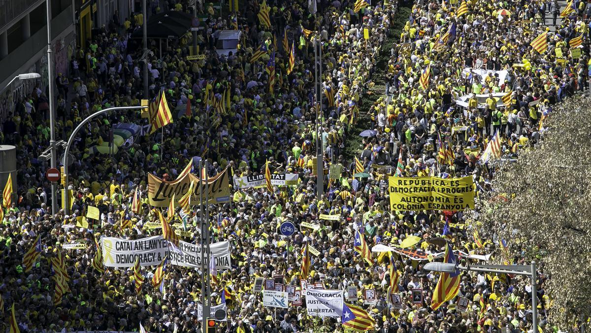 Multitudinaria marcha en Barcelona por la libertad de presos y el diálogo.