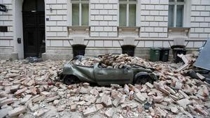 Un coche aplastado por los escombros de un edificio en Zagreb tras el terremoto.