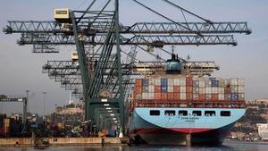 Un barco cargandocontenedores en el puerto de Barcelona.