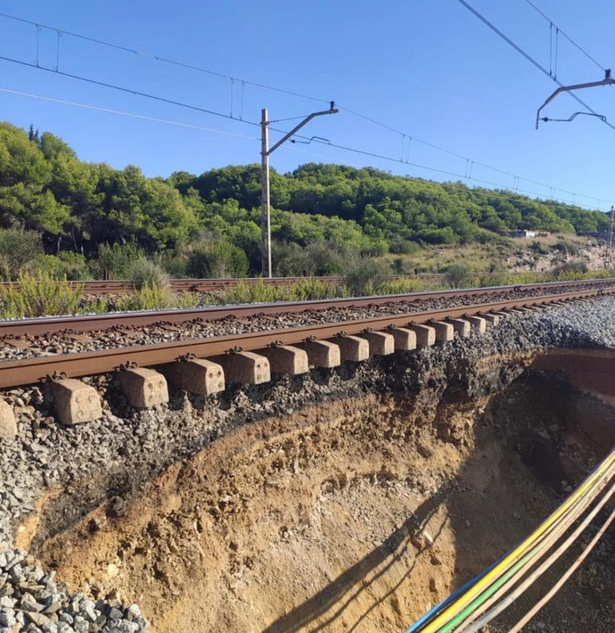 El socavón al lado de la vía entre Sitges y Vilanova.
