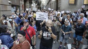 Protesta contra Colau en la calle de la Ciutat, este jueves.