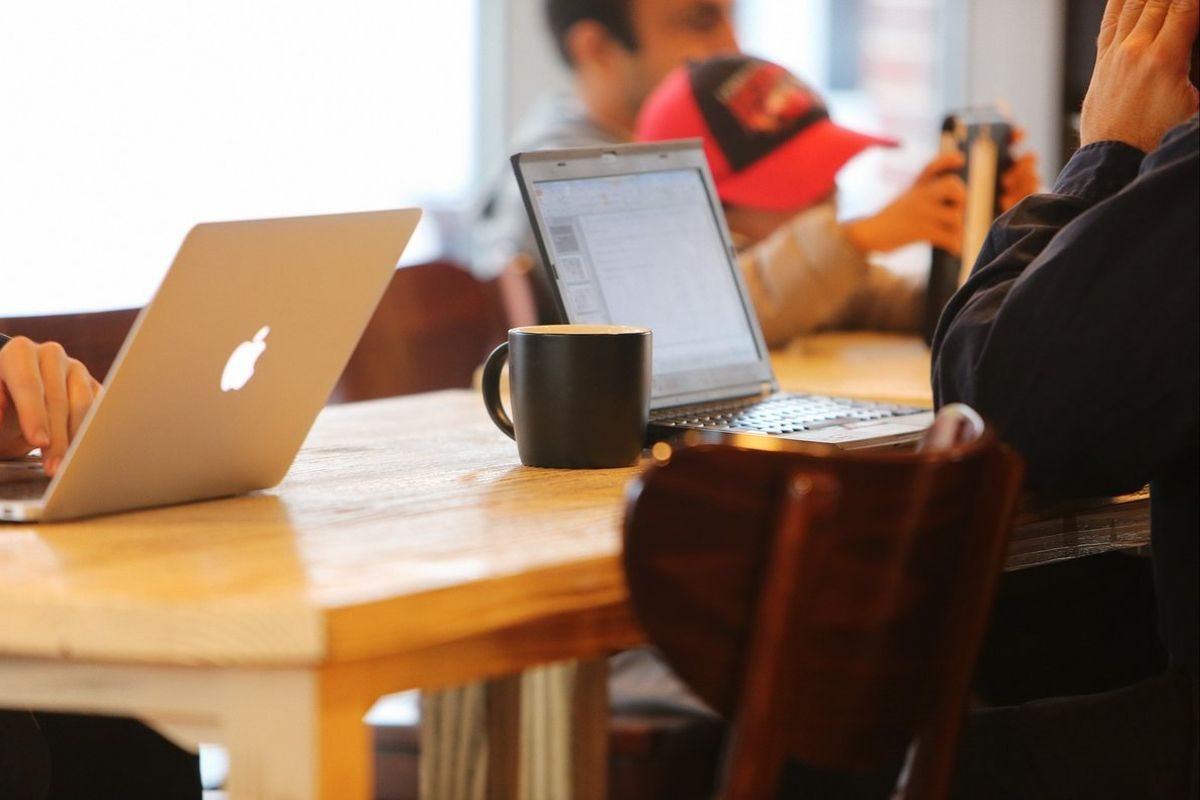 Cuidar las redes sociales, hacer autocandidaturas, seguir las ofertas... son algunos de los consejos para la búsqueda de empleo online