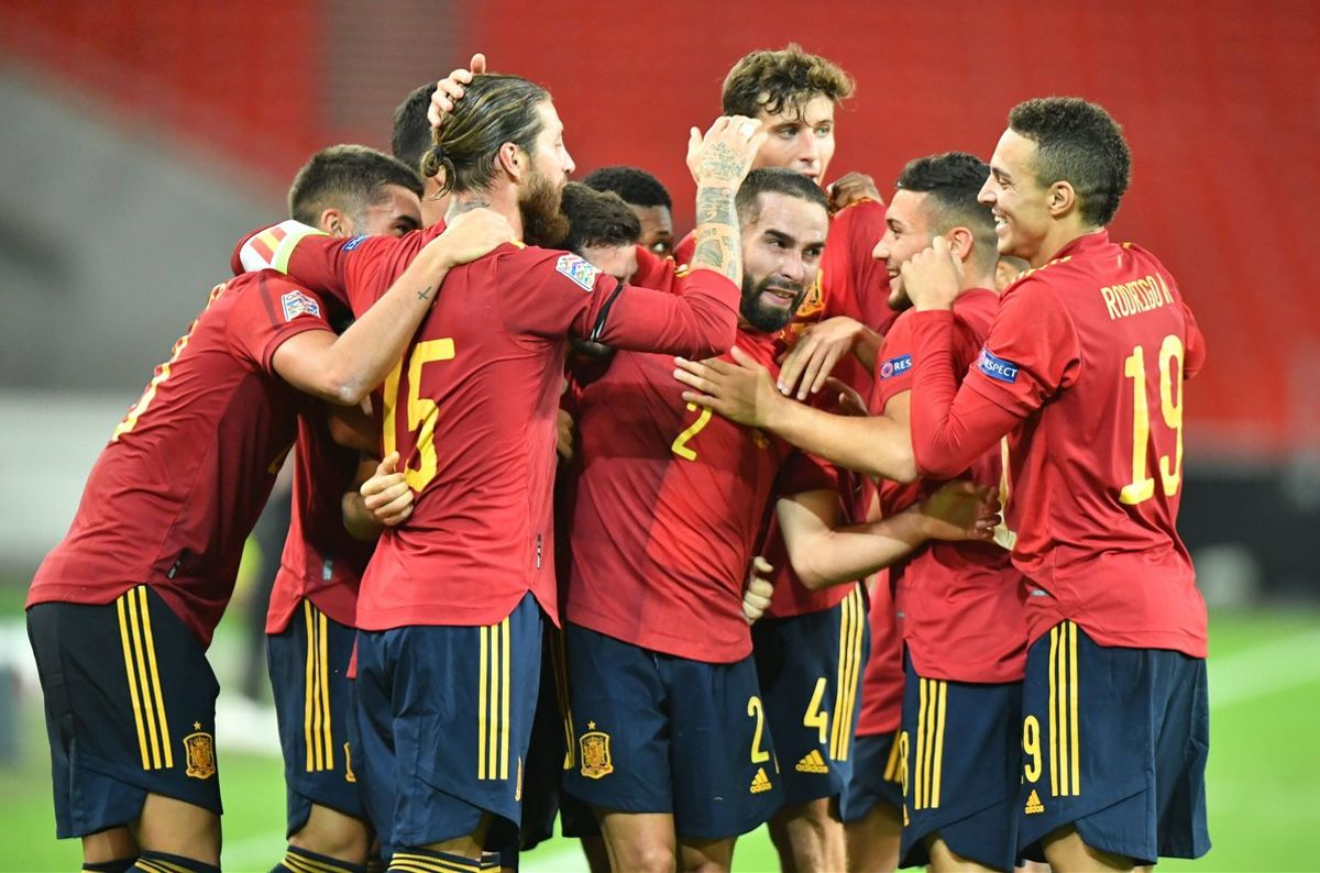 Los jugadores de España celebran el postrero empate de Gayà ante Alemania.