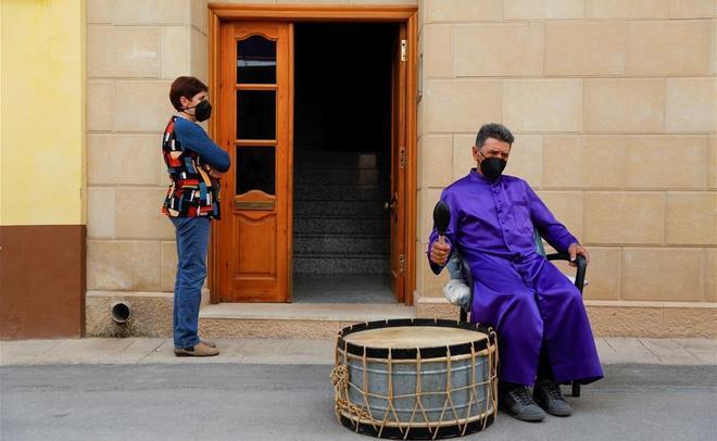 Un hombre toca el tambor en una calle de Calanda, como parte de la Rompida de la hora del Viernes Santo.