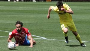 Gerard Moreno deja tumbado a Germán para marcar uno de sus tres goles al Granada.
