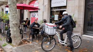 Geraldine Caillaud, una de las integrantes del servicio de mensajería ético de Les Mercedes, recoge un pedido en el restaurante Copasetic.