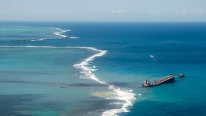 Carrera contrarreloj para vaciar de combustible el barco varado en Mauricio.