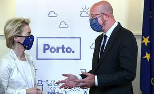 Ursula Von der Leyen y Charles Michel, en la ceremonia de entrega de las llaves de la ciudad de Oporto, antes de la cumbre que se celebra en la ciudad.