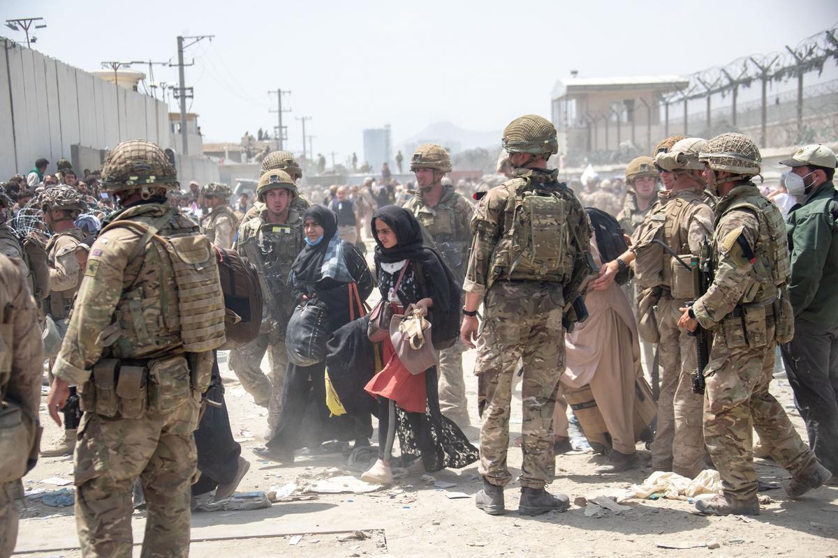 Tropas de EEUU y Reino Unido ayudan a evacuar afganos en Kabul.