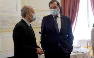 El ministro de Justicia Juan Carlos Campo y Mariano Rajoy en la entrega del premio Gumersindo Azcárate que concede el Colegio de Registradores de España.