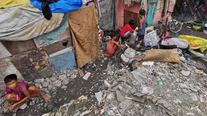 Niños afectados por inundaciones en Filipinas.