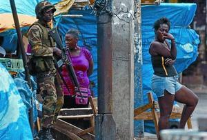 Un soldado jamaicano patrulla cerca del área de Tivoli Gardens, en Kingston, ayer.