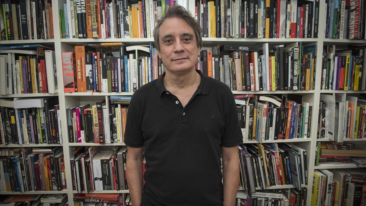 El director de 'Rockdelux', Santi Carrillo, en la redacción de la revista, el año pasado.