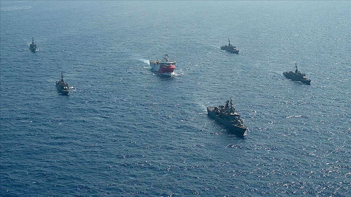Buques de la Armada turca escoltan al barco de prospección del fondo marino 'Oruç Reis', este lunes en el Mediterráneo oriental.