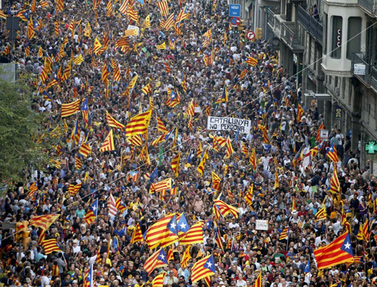 Miles de ciudadanos participan en la manifestación de la Diada.