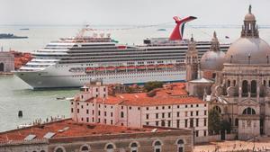 Un crucero ante la plaza de San Marcos en Venecia.