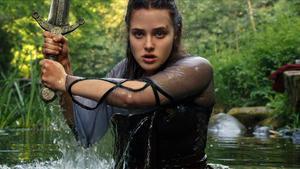 Katherine Langford en un fotograma de la serie'Maldita'.