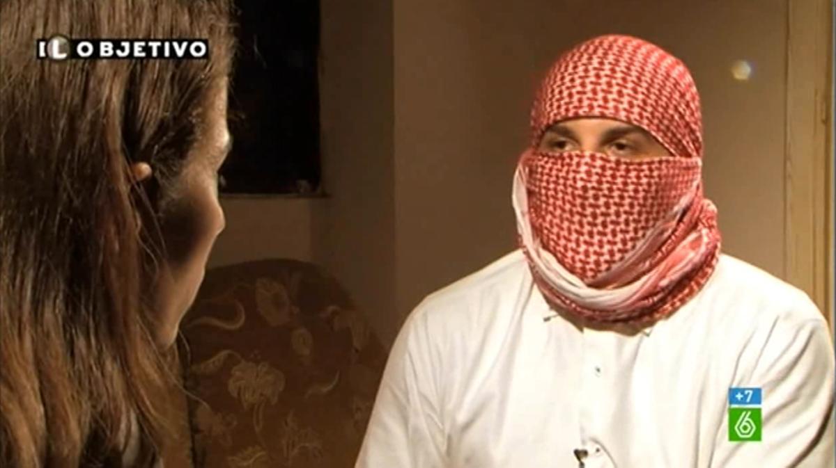 Ana Pastor, en Líbano, con un simpatizante del Estado Islámico.