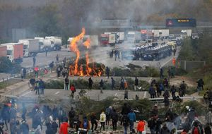 Los Mossos, instantes antes de desalojar la AP-7 en Girona.